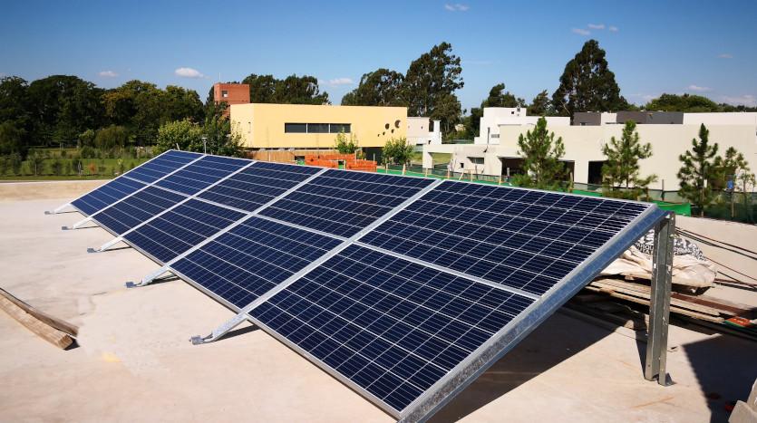 Pasan los políticos, los paneles solares quedan