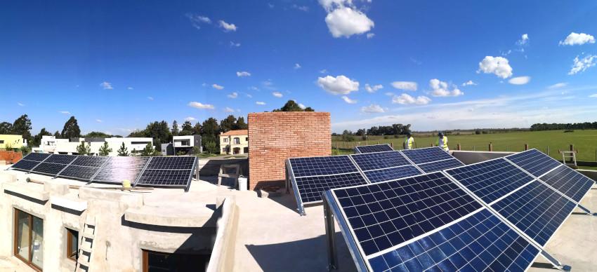 24 panles solares sobre los techos de la vivienda